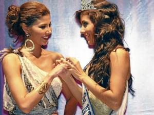 Paola Andrea durante la noche de coronación. Recibe el anillo real que le entrega Andrea LisethTavera Sanabria, Señorita Santander 2011 – 2012. (Foto César Flórez)