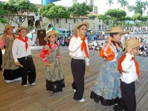 Con el fin de congregar alrededor de la danza a los niños de los distintos colegios y academias de Buca-ramanga, se realizará el 26 de octubre el XIV Festival Infantil de Danza, en el auditorio Juan Pablo II de la Universidad Pontificia Bolivariana. Las inscripciones siguen abiertas para los grupos de danzas que deseen participar en el evento, fecha lími-te el 5 de octubre. Los interesados pueden enviar al correo electrónico fernando.remolina@upb.edu.co la información reque-rida como nombre del grupo, colegio  academia y nombre del director o directores del grupo, entre otros.