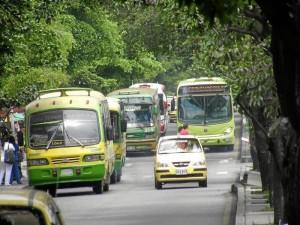 En la carrera 33 se seguirán viendo buses de Metrolínea y convencionales. ( Foto Javier Gutiérrez )