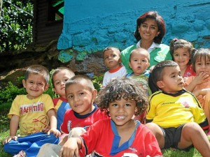 Las actividades con los niños del sector también hacen parte de los programas que lidera la directora de la organización.