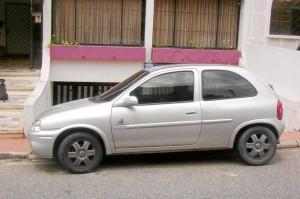 Este fue el automóvil mal estacionado durante más de 12 horas en la carrera 45, barrio La Floresta.