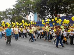 Estudiantes y docentes participaron en el desfile por las calles de Cabecera.