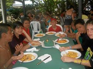 Los niños disfrutaron de la comida del mar y las buenas atenciones de los cartageneros.