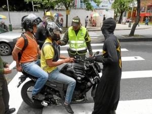 A pesar de las campañas de cultura ciudadana, el comportamiento de los bumangueses no es el mejor en las calles. ( Foto Nelson Díaz )