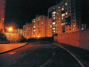 Así se ven las noches a la salida de Altos de la Pradera.