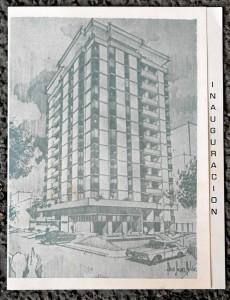 La tarjeta de invitación de la inauguración del edificio, en 1972.