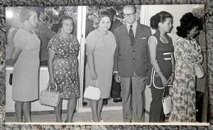 Don Antonio Jáuregui y otras mujeres residentes, el día de la inauguración.