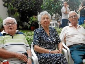Enrique Santos, Marina Barrera de Galvis y Antonio Jáuregui, de los primeros residentes, disfrutaron del bazar del 30 de septiembre pasado.