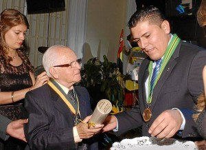Condecoración a Carlos Virviescas por parte del director de la CDMB Ludwing Arley Anaya.