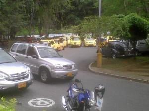 El parqueadero de Los Leones es invadido a diario por taxis, según denuncian los vecinos.