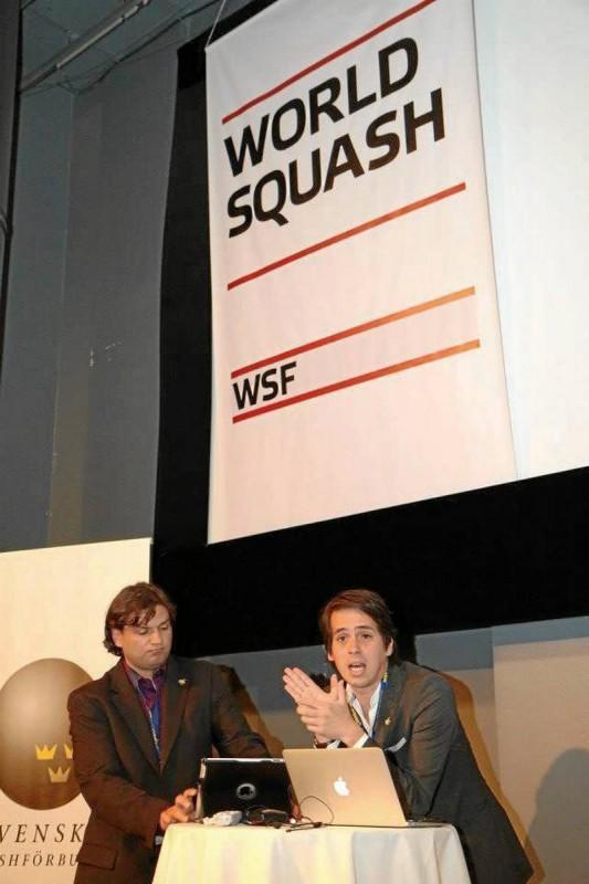 Sergio Becerra (derecha) presentó en Estocolmo, Suecia, el Plan Nacional Juvenil de Squash.