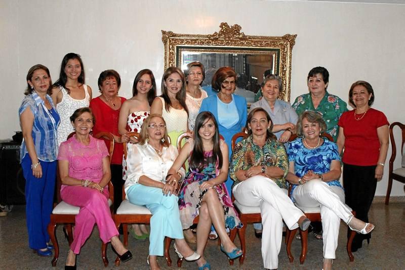 Julie Omaña despidió su soltería junto a sus amigas en una reunión realizada en el Club de Profesionales. (Foto Nelson Díaz)