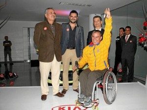 Orlando González, presidente del Grupo Empresarial Brachoautos; Orlando González Greco, gerente general, Iván Peña, gerente general de MetroKIA y Moisés Fuentes, medallista paralímpico.