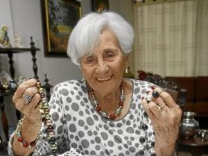A sus 95 años Carmencita de Camacho es una mujer alegre, tranquila y le gusta estar siempre a la moda, sobre todo con los collares que ella misma hace.