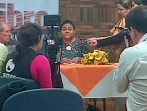 Rueda de prensa con Rigoberta Menchú. (Foto suministrada por @dianaluher)