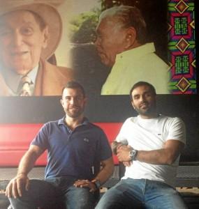 Pedro Ordoñez González (izquierda) y Ciro Villazón, con la imagen al fondo de dos juglares vallenatos, Rafael Escalona y Leandro Díaz.