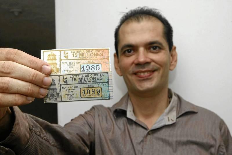 Estos fueron los primeros billetes que coleccionó, de la Lotería de Cúcuta. (Fotos César Flórez).