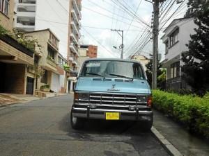 El ciudadano pide retirar la camioneta para permitir el flujo vehicular en la vía.