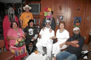Zoraida Cerón de Valencia, Hernán Cáceres Rojas, Hernán Gómez, Beatriz de Gómez y Édgar Rojas. De pie: Hugo Valencia, Blanca Camargo y Wilson Flórez.