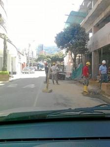 El Periodista del Barrio denuncia la invasión de espacio público con una construcción.