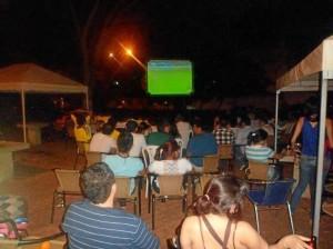 En el establecimiento comercial también se proyectaban partidos de fútbol en pantalla gigante.