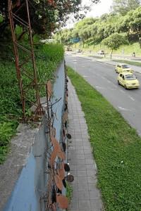 La estructura de hierro en la que se sostenían las hormigas que el maestro Guillermo Espinosa creó como insignia de la ciudad y de este parque, está desnuda… las hormigas metálicas fueron hurtadas.