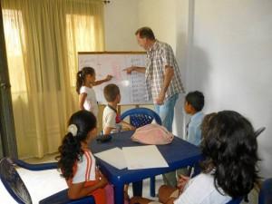 En la fundación también se les brinda asesoría en las tareas escolares a los menores.