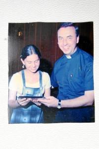 En una de las distinciones entregadas en el colegio San Pedro Claver, de manos del sacerdote Juan Vicente Córdoba, ahora arzobispo en la Arquidiócesis de Bogotá.