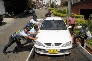 Con grúa fue retirado el vehículo, cuyo propietario lo había dejado allí hace casi cinco meses, según les informaron a las autoridades.