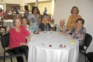 Fanny de Serrano y María Helena de Camargo. Sentadas: Mélida Ocampo de Manri-que, María Antonia de Uribe, Lucila Almeida, Chelita Bustamante de Ortiz y Ligia de Núñez.