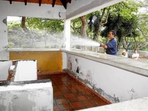 En la jornada se lavó la caseta invadida por indigentes.