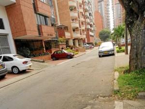 El desgaste del pavimento en algunos puntos de la vía es evidente.