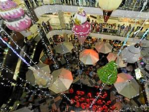 Las decoraciones en forma de helados de cono colgantes son la principal atracción en La Quin-ta.
