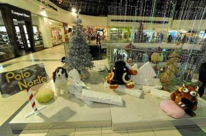 Personajes del polo norte dibujan la Navidad en el tercer piso