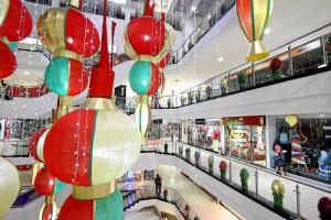 La decoración verde, roja y beige se tomó el centro comercial.