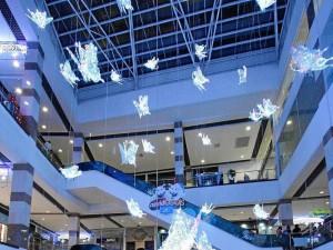 Las mariposas blancas colgantes fueron la opción de decoración de Megamall.