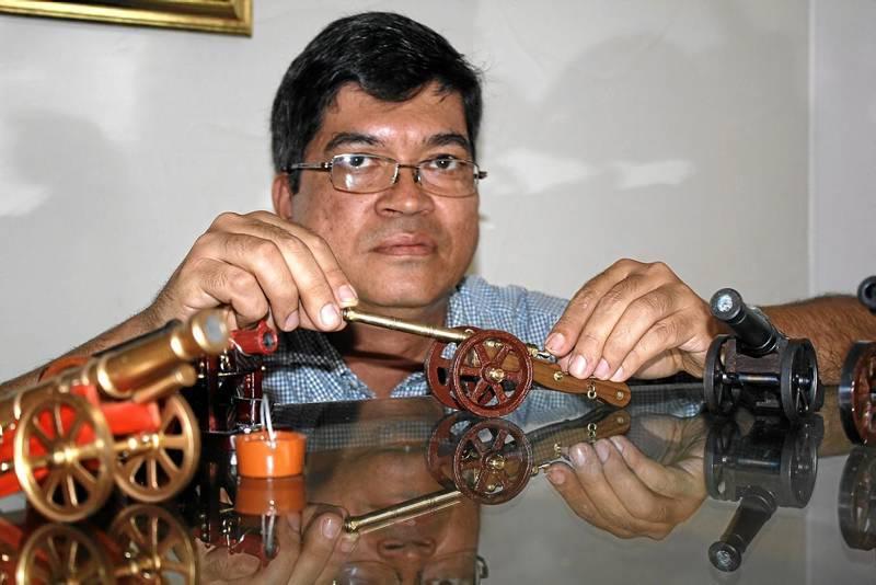Héctor Danilo Ordóñez Lozano hace 30 años construye piezas de artillería a escala. (Fotos Javier Gutiérrez).