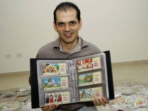 A Juan le gustan mucho los billetes de Japón por el colorido y diseño.