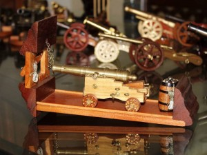 La perfección de sus piezas es el resultado de investigaciones minuciosas de la época en que se usaron estos objetos bélicos.
