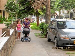 """""""Con esta foto evidencio que no se ocupa espacio en el que se movilizan los peatones"""", dijo la Periodista del Barrio."""