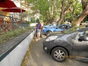 """""""En esta foto se ven los carros estacionados frente a los restaurantes, a pocos minutos de que me hicieran el comparendo… y aquí no se aplicó ninguno"""", mencionó la ciudadana."""