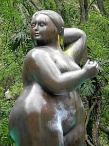 Con estas manchas de colores estuvo durante más de un año la escultura 'Mujer de pie desnuda' del maestro Fernando Botero.