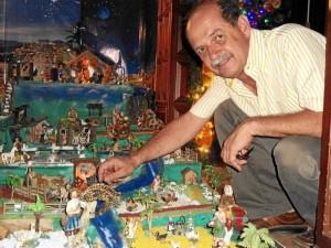 Oscar Rueda Prada comparte con sus vecinos el pesebre que hizo durante 15 días.