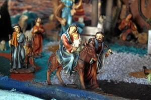 La huída de José, María y el Niño Jesús hacia Egipto se representan en el pesebre.