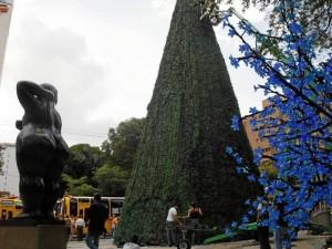 (Foto Nelson Díaz) Esta semana se trabajaba en la instalación del árbol del parque San Pío, escenario de 'Un regalo de Navidad'.