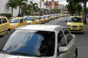En la carrera 33A frente a Megamall se ven a diario filas de taxis.