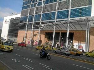 Frente a Cacique Centro Comercial, por la transversal 93, también se ven filas de taxis.
