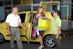 El servicio de taxis en centros comerciales e hi-permercados ha imple-mentado mecanismos de control y seguridad para los pasajeros.