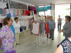 Las señoras del Costurero Infantil exponen sus prendas y luego las entregan a las comunidades de escasos recursos de la ciudad.