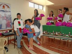 La entrega de regalos a las niñas del Hogar Teresa Toda fue bastante emotiva.